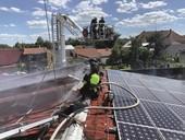 Požár výrobní haly sfotovoltaickými panely na střeše