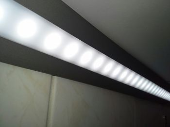 Test svítivosti LED pásku Vetešník LED pásek namontovaný v rohové liště pod  kuchyňskou linkou 6822db77b7